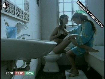 Leticia Bredice and Eugenia Tobal lesbian scene in the bathroom