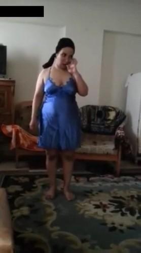 مصري يعرض زوجته البيت