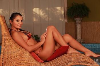 Lucie Belle-Bikini Babe t6qxp3qf5t.jpg