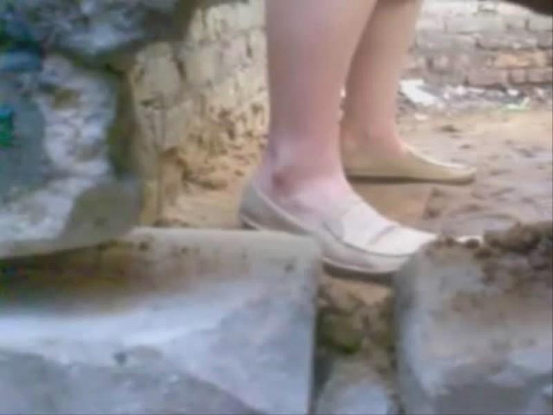 podglyadivanie-za-sikuhami-v-derevyannom-tualete-transvestiti-bolgariy-shlyuhi